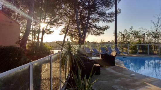 Lev de soleil sur la piscine et la pin de picture of kyriad montpellier nord parc - Garage la pinede montpellier ...
