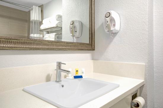 Baymont Inn & Suites - Lax/Lawndale: Bathroom Vanity - Baymont Inn & Suites Lawndale/LAX