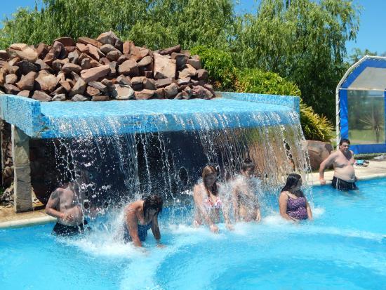 Pileta y alrededores picture of termas de chajari for Piletas con cascadas