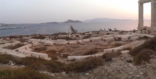 Naxos by, Hellas: panoramica del tempio...