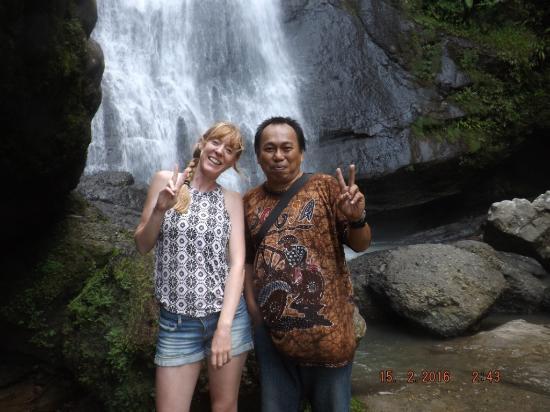 Sarambu Sikore Waterfall: Bersama seorang wisatawan Inggris di Air Terjun Sarambu Sikore, Salu SOpai, Toraja Utara