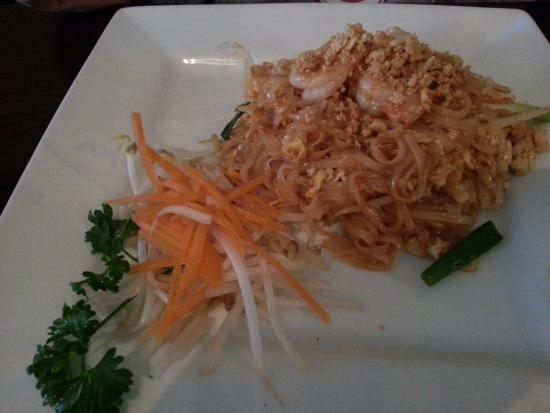 Surin West : Noodle bowl with chicken and shrimp