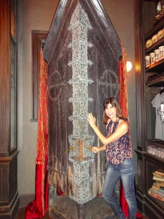 The Wizarding World Of Harry Potter: Vanishing Cabinet Inside Borgin U0026  Burkes