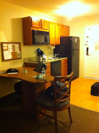 Candlewood Suites Rocky Mount: Desk Bulletin Board and nice kitchenette