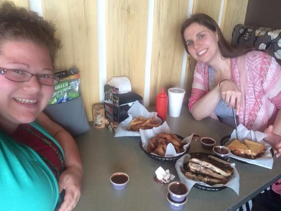 Meade, KS: This is the food we ordered (Big Pig, ribs, onion rings and fries)
