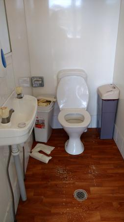 Melbourne BIG4 Holiday Park: dirty toilet area
