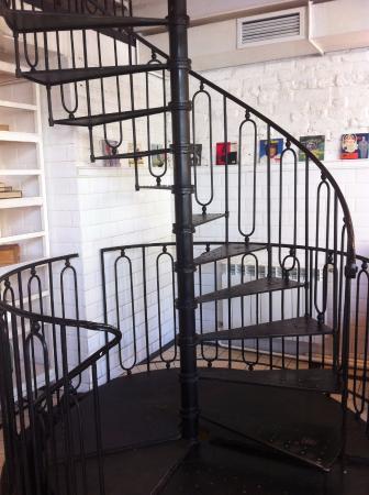 Маккерони: Винтовая лестница на второй этаж