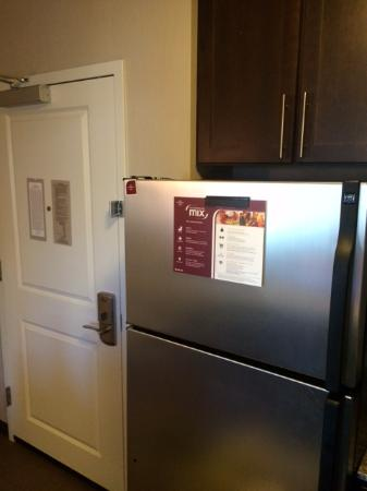Residence Inn Orangeburg Rockland/Bergen: The refrigerator is nice. (Close to the door)
