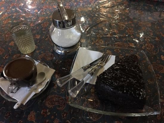 Cafe Irani: Chocolate cake and turkish coffee