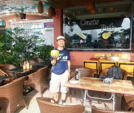 Oasis Bar: Fresh coconut juice at Oasis Pub
