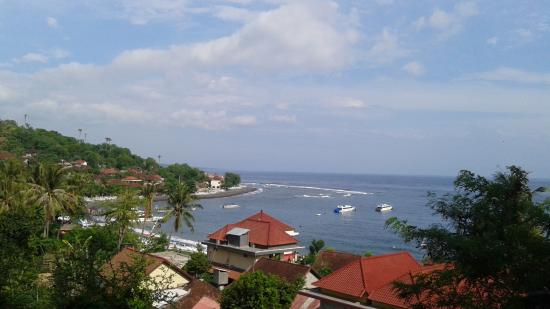 Blue Star Bungalows & Restaurant: Blue Star Bali is to the right directly on the Beach
