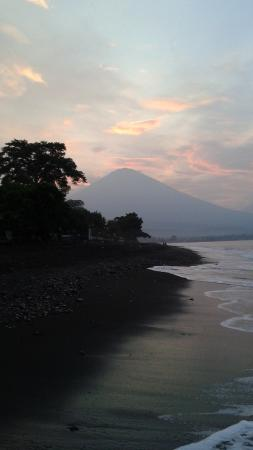 Blue Star Bungalows & Restaurant: twilight walks on the black sand beach in Amed