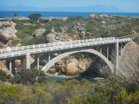 Gordon's Bay, Sudáfrica: Crystal Pools Waterfall. Bridge over relaxed waters.