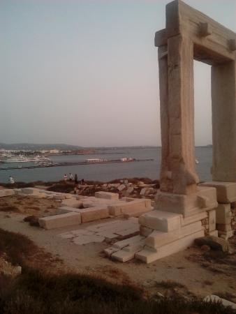 Naxos by, Hellas: Αποψη της εισόδου του λιμανιού της Νάξου από την Πορτάρα
