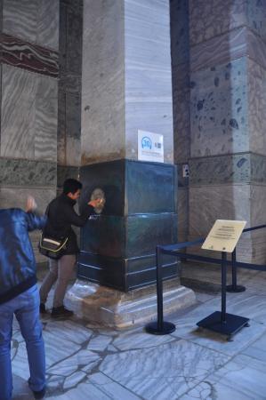 Musée et basilique Sainte-Sophie : Weeping column