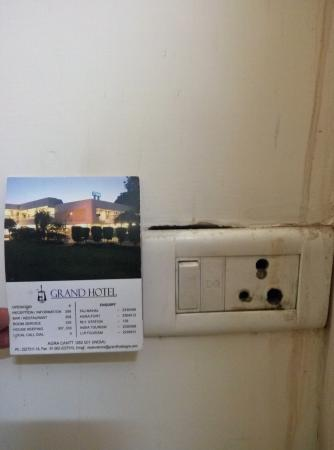 Grand Hotel Agra: Burned electric switch in unsafe condition.