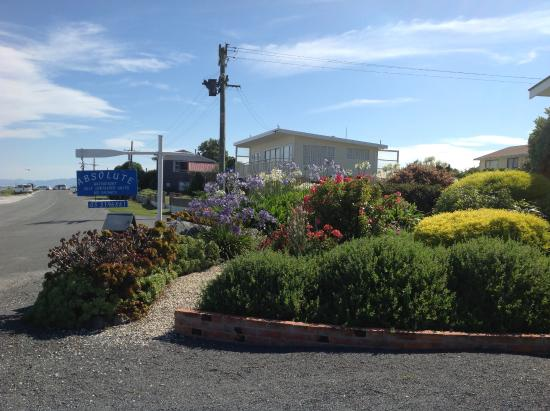 Absolute Waterfront : House and front garden