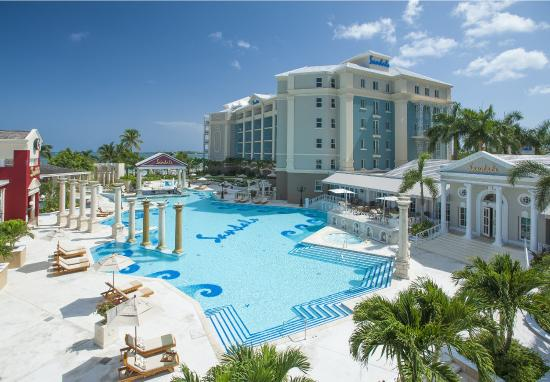 Sandals Royal Bahamian Spa Resort & Offshore Island: Balmoral Tower Pool