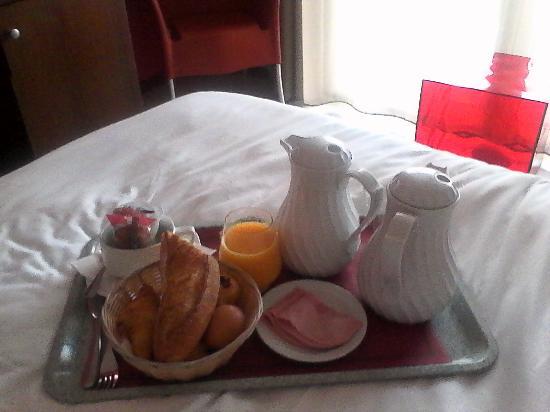 petit dej au lit picture of hotel thalasstonic de roscoff roscoff tripadvisor. Black Bedroom Furniture Sets. Home Design Ideas