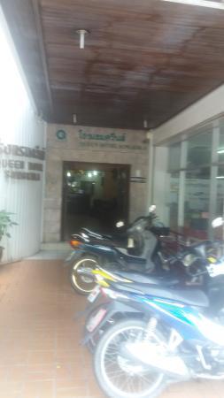 Queen Hotel: entrance
