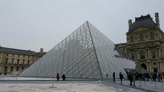 Pir mide invertida desde dentro foto di museo del louvre parigi tripadvisor - Pyramide du louvre inauguration ...