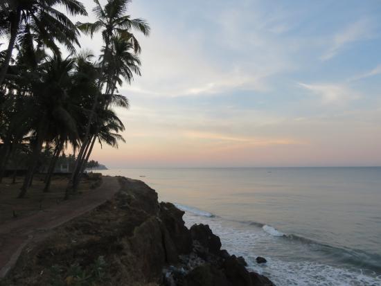 Kadaltheeram Ayurvedic Beach Resort : morgens an den Klippen