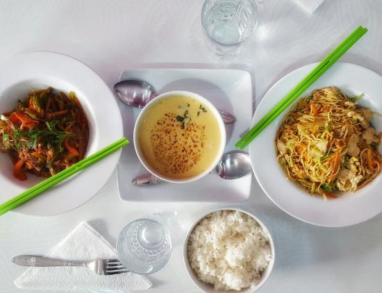 Green Wok : Lunch of Peppered Beef, Fried Noodles with Chicken and Curried Coconut soup with Prawns.
