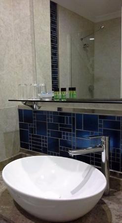 Badkamer van de kamer met mooie inloopdouche - Foto van Karmir ...