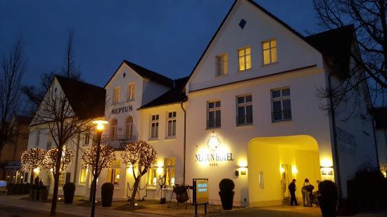 Neptun Hotel: Außenansicht abends