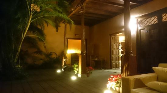 Hotel La Quinta Roja: Central courtyard at night