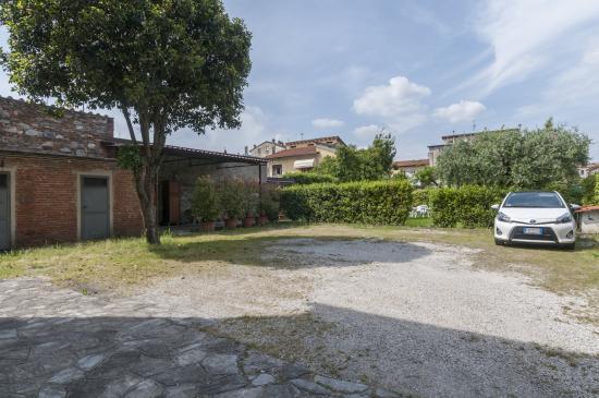 Affittacamere L'Arancio : Ampio parcheggio riservato agli ospiti