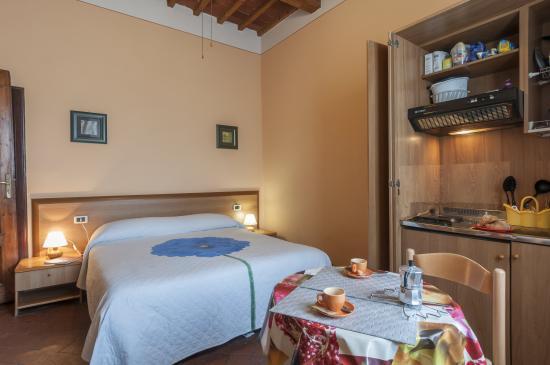 Affittacamere L'Arancio : Camera matrimoniale con angolo cottura