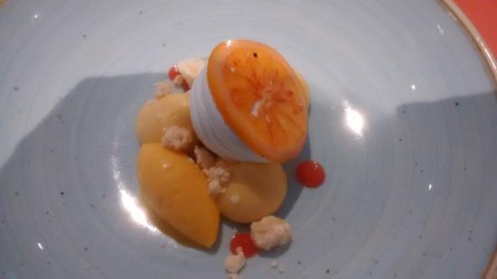 Bridgend, Ierland: Duck egg custard meringue with rhubarb, blood orange and milk crumb (stunning)