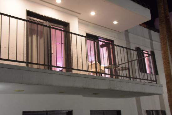 Rumor Hotel: Photo of the wide balcony from the courtyard