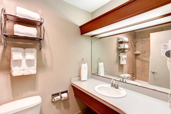 Shilo Inn Hotel & Suites - Beaverton: Single King Restroom