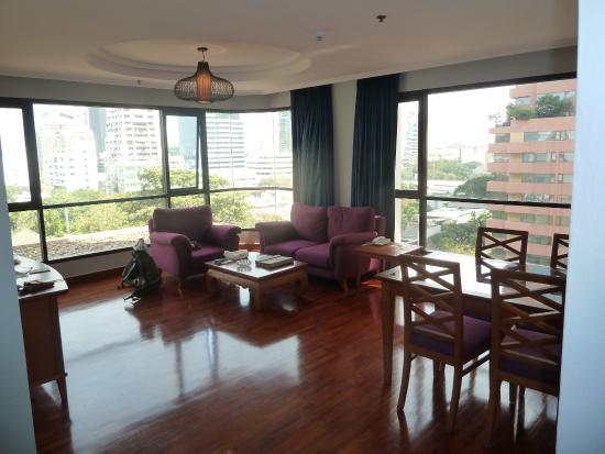 Bandara Suites Silom, Bangkok: Wohnzimmer Mit Essbereich Und Glasfront
