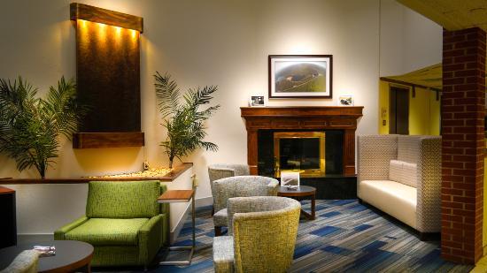 Clarion Inn & Suites: Lobby
