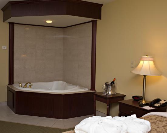 BEST WESTERN PLUS Grand-Sault Hotel & Suites: Jacuzzi King Suite