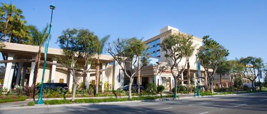 Red Lion Hotel Anaheim Resort : Hotel Exterior