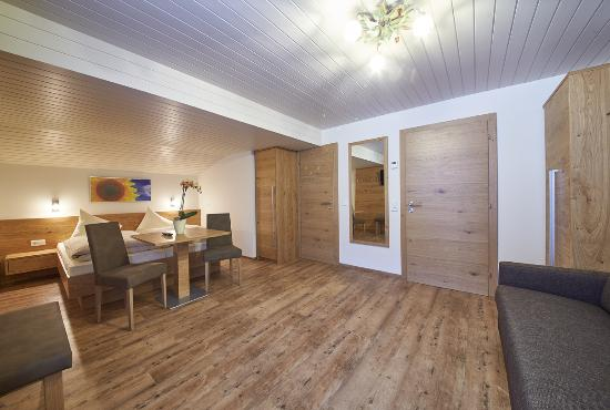 Landhaus Riedlsperger: Familienzimmer mit D/WC, TV, WLAN und Balkon