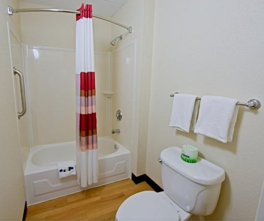 Red Roof Inn - El Paso West: Guest Bath