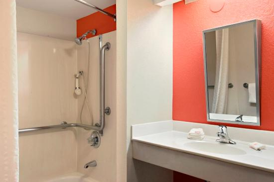 Red Roof Inn El Paso West : Accessible Bath