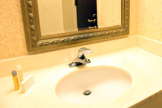 Conwell Inn: Deluxe Suite Bathroom