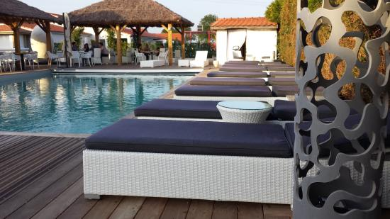 salons au bord de la piscine picture of les jardins de l. Black Bedroom Furniture Sets. Home Design Ideas