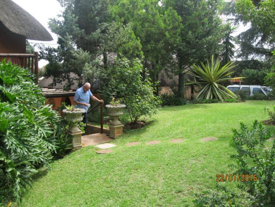 TreeTops & Treats Guest House: garden veiw
