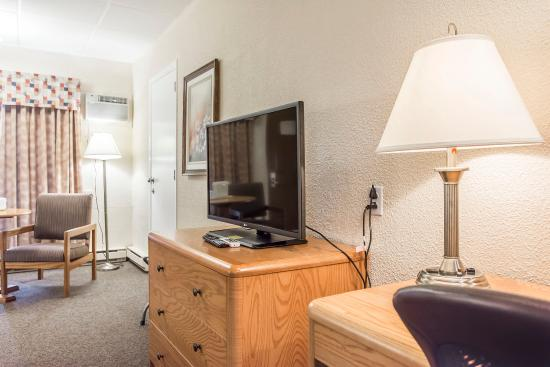 Quality Inn: Guest room with flat-screen television