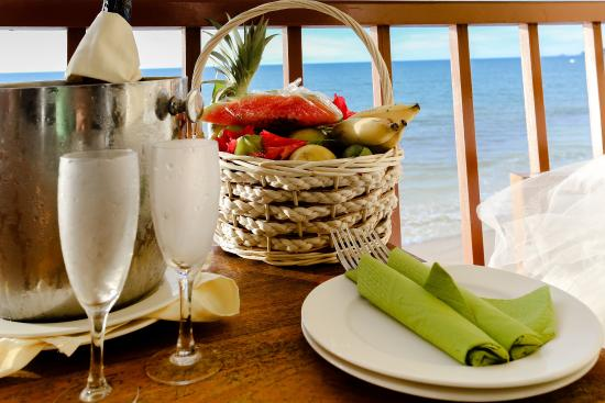 Coral Strand Smart Choice Hotel Seychelles: Silhouette Honeymoon Fruit Basket