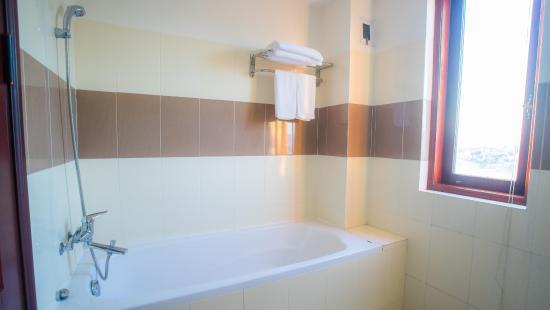 Dreams Hotel Danang: All bathrooms have bathtub