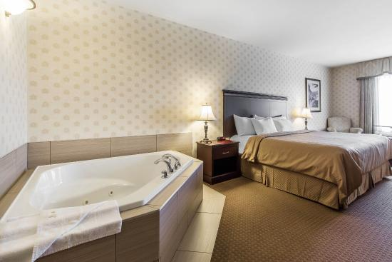 Comfort Inn & Suites Saint-Nicolas: Spacious suite with whirlpool bathtub