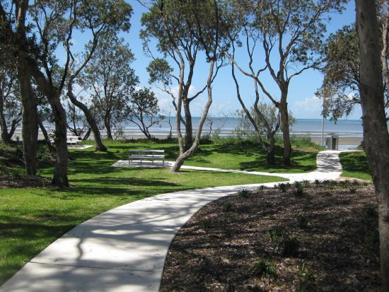 Beachmere, Australie : A quiet park and direct beach access across the road